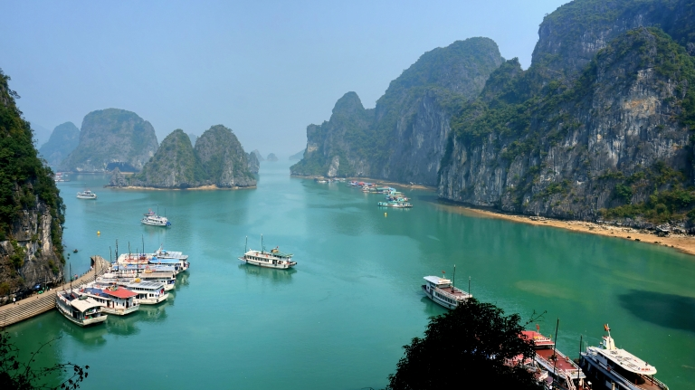 Ha_Long_Bay_on_a_sunny_day.jpg